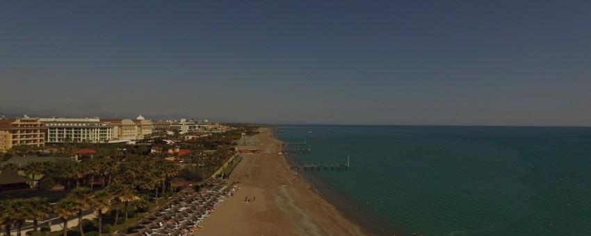 Der Strand von Bogazkent aus der Sicht eines Gleitschirmfliegers